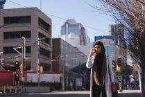Hijab donna che utilizza il telefono cellulare in città — Foto stock