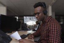 Uomo dirigente che lavora alla scrivania in ufficio — Foto stock