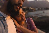 Закри пара, підтримуючи один одного біля моря — стокове фото