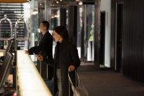 Uomo d'affari e donna d'affari alla reception dell'hotel — Foto stock
