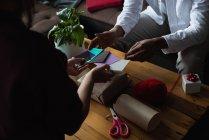 Розділ середині пара, вибір подарунок тега у вітальні на дому — стокове фото