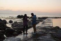Романтическая пара пьет шампанское возле моря — стоковое фото