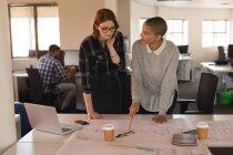 Dirigenti d'azienda che discutono sul progetto sul tavolo in carica — Foto stock