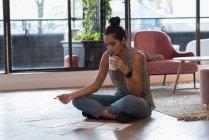 Красивая деловая женщина пьет кофе в офисе — стоковое фото