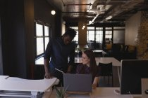 I colleghi di lavoro discutono sul tablet digitale alla scrivania in ufficio — Foto stock