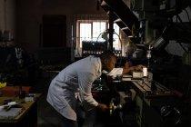Vista lateral do trabalhador masculino que trabalha na fábrica de vidro — Fotografia de Stock