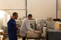 Des ingénieurs robotiques testent une machine robotique dans un entrepôt — Photo de stock