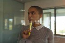 Exécutif féminin réfléchi dans le bureau — Photo de stock
