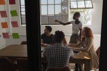 Dirigenti che discutono in sala conferenze in ufficio — Foto stock