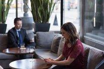 Деловая женщина с цифровым планшетом на диване в отеле — стоковое фото