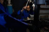 Arbeiterin in Glasfabrik — Stockfoto