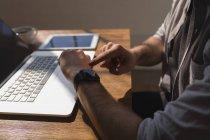 Image recadrée de l'exécutif masculin en utilisant smartwatch dans le bureau — Photo de stock