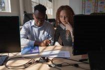 Multikulturelle Führungskräfte arbeiten am Schreibtisch im Büro — Stockfoto