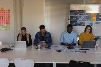 Dirigenti attenti che lavorano in sala conferenze a ufficio — Foto stock