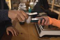 Nahaufnahme des zahlenden Kunden am Schalter im Supermarkt — Stockfoto