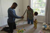 Familie spielt mit Sohn im heimischen Wohnzimmer — Stockfoto