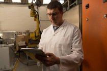 Roboteringenieur mit digitalem Tablet im Lager — Stockfoto