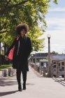 Ragionevole donna afro che cammina per strada — Foto stock