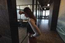 Verärgerte weibliche Führungskraft steht auf Flur im Büro — Stockfoto