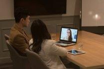 Führungskräfte bei einer Videokonferenz am Laptop im Büro — Stockfoto