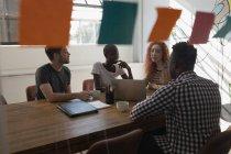 Dirigeants discutant dans la salle de conférence au bureau — Photo de stock