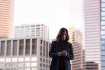 Femme d'affaires utilisant le téléphone portable dans le balcon à la maison — Photo de stock
