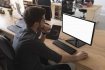 Männliche Führungskraft am Schreibtisch im Büro — Stockfoto