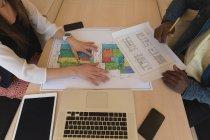 Розділ середині колегами по бізнесу, спільної роботи в office — стокове фото