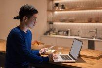 Чоловічий виконавчий, використовуючи ноутбук у кафетерії office — стокове фото
