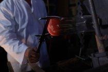 Закри працівник працює в скляного заводу — стокове фото