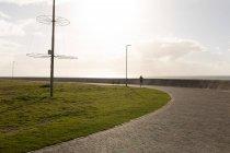 Vista traseira do corredor feminino jogging no parque — Fotografia de Stock