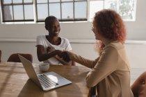 Esecutivo femminile che stringe la mano in sala conferenze a ufficio — Foto stock