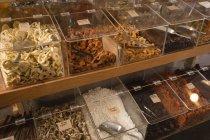 Varias especias en exhibición en el supermercado - foto de stock