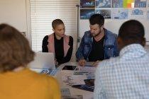 Ejecutivos discutiendo en la sala de conferencias en la oficina - foto de stock
