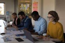 Executivos atentos que trabalham na sala de conferências do escritório — Fotografia de Stock