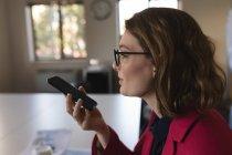 Закри бізнес виконавчої розмов по мобільному телефоні в офісі — стокове фото