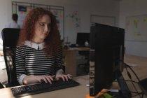 Esecutivo femminile che utilizza il PC desktop alla scrivania in ufficio — Foto stock