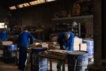 Уважний працівник в ливарний роботи з прес-форм — стокове фото