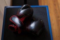 Крупный план боксерских перчаток в фитнес-студии — стоковое фото