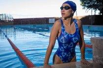 Вид женщин-пловцов, выходящих из бассейна — стоковое фото