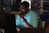 Vista frontal del hombre de negocios afroamericano que trabaja sobre la computadora en la oficina — Stock Photo