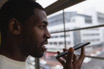 Крупним планом афро-американських Ділова людина говорити на мобільний телефон в офісі — стокове фото
