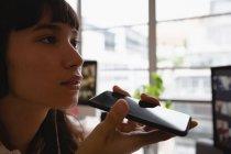Gros plan de femme d'affaires, parler au téléphone portable au bureau — Photo de stock
