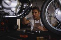 Вид з Кавказького велосипеда механік ремонт велосипеда в гаражі — стокове фото