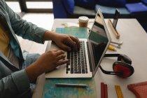 Серединна секція людини за допомогою ноутбука в майстерні — стокове фото