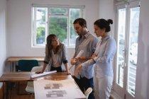Vista laterale di attento Diversi uomini d'affari discutono più di progetto in ufficio — Foto stock