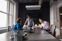 Vista laterale di diversi architetti uomini d'affari che lavorano al progetto e business plan in ufficio — Foto stock