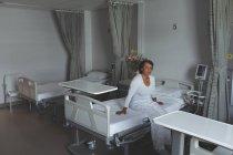 Nachdenkliche Patientin sitzt auf der Station im Krankenhaus im Bett — Stockfoto