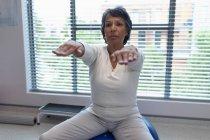 Обзор пациентов смешанной расы, занимающихся спортом на мяче в больнице — стоковое фото