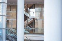 Вид на порожню сучасну будівлю комерційного офісу з сходами та коридорах — стокове фото
